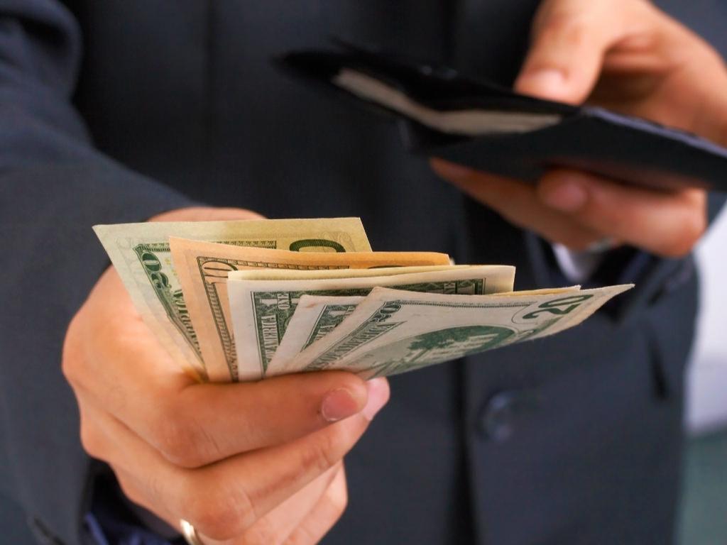 tirando dinheiro da carteira