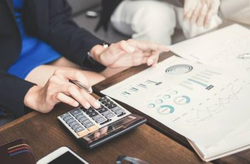 Como se Tornar um Planejador Financeiro: um Guia Completo Com os 4 Passos que eu Segui Para me Tornar um (e Tudo o que Você Precisa Saber Sobre a Profissão e Certificação)